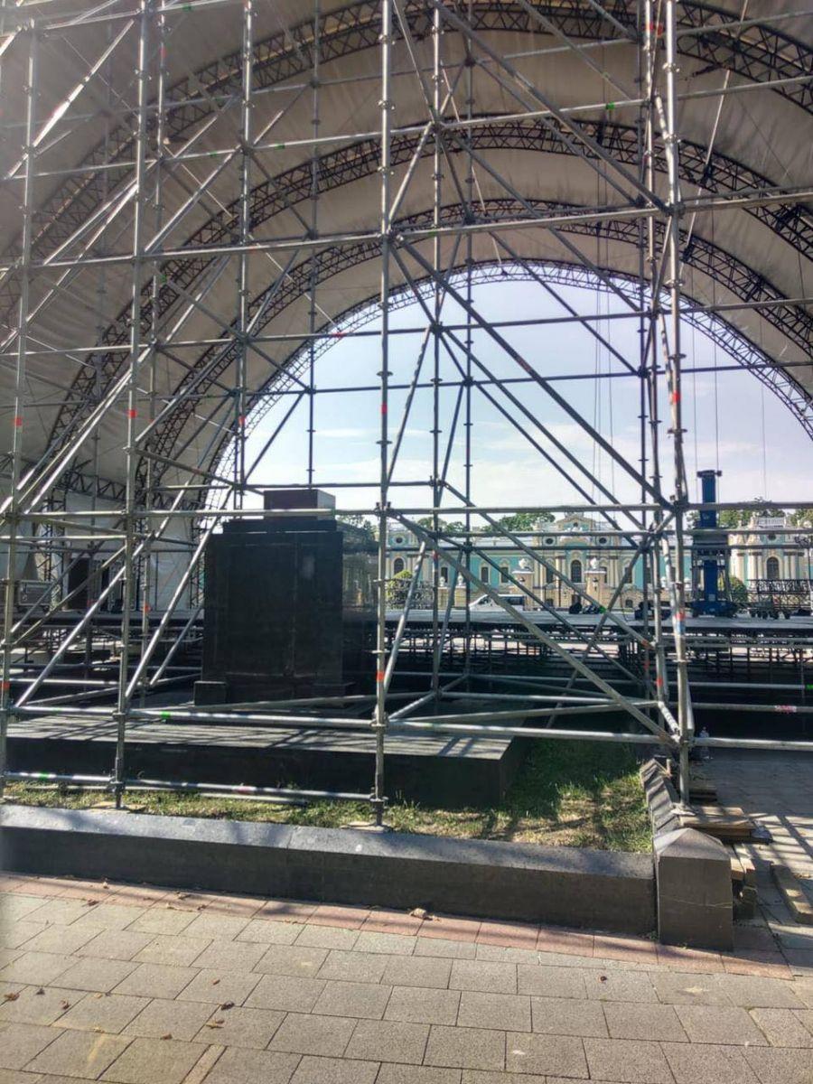 Для святкового концерту  сцену встановили просто на братській могилі?
