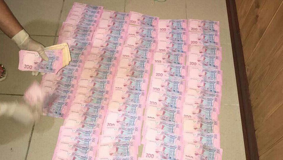 Чиновник за два комбайна хотел  65 тыс. грн взятки