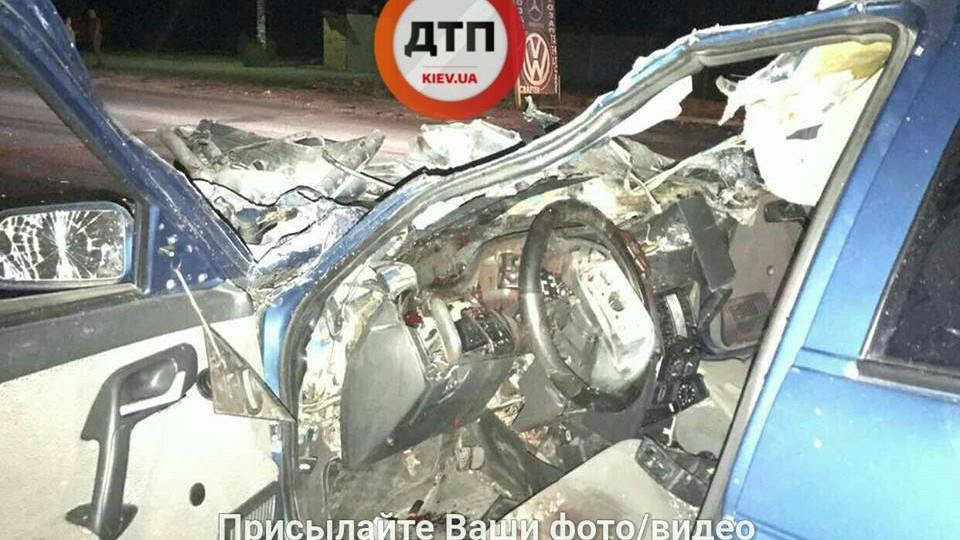 ДТП наОкружной дороге вКиеве: троих пострадавших зажало впокореженном авто