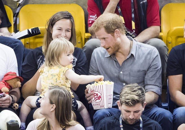 Маленькая девочка стащила попкорн узазевавшегося принца Гарри