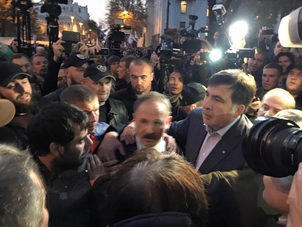 ВКиеве протестующие избили народного депутата Барну
