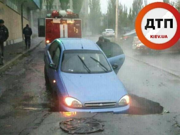 ВКиеве машина провалилась под асфальт