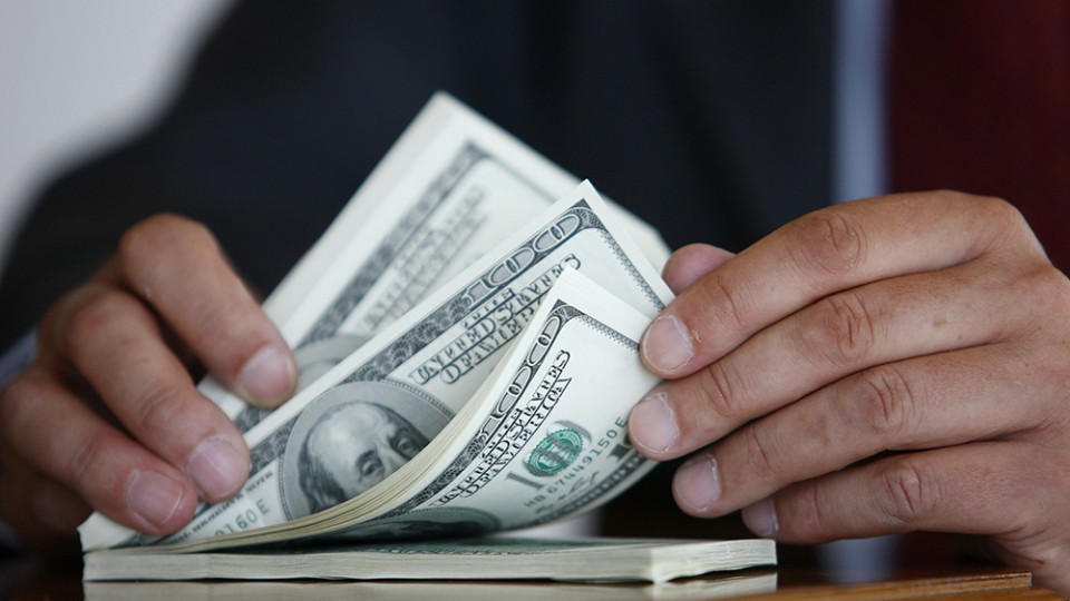 ВЗапорожье задержали полицейского при получении 3,5 тысячи долларов взятки