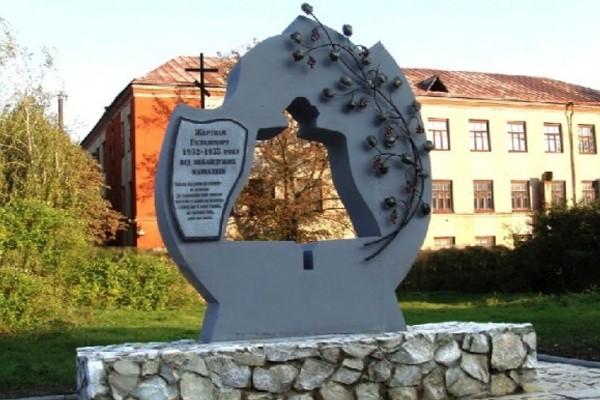 Монумент жертвам Голодомора вКонотопе облили неведомым веществом