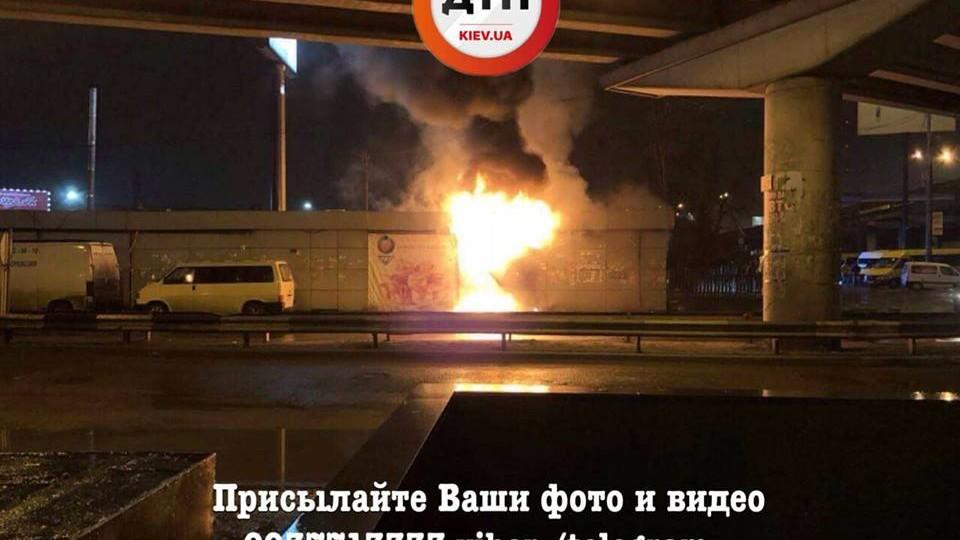 ВКиеве около автостанции «Выдубичи» пылают МАФы