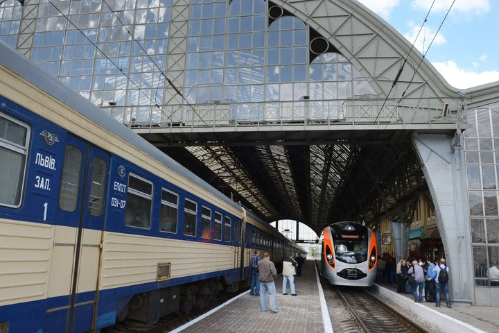 Укрзализныця будет полноценно кормить впоездах