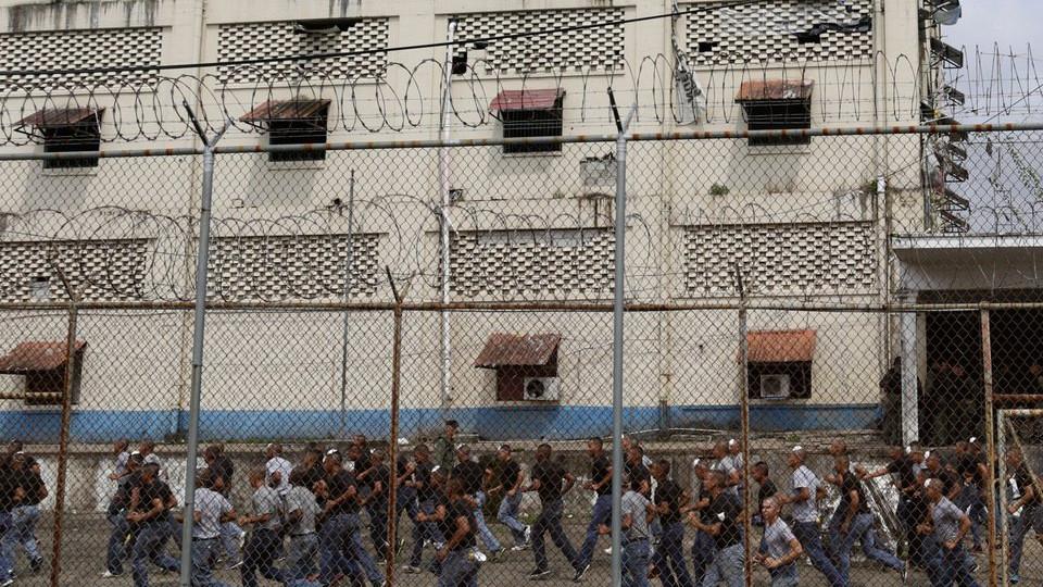 ВВенесуэле задержали полицейских, подозреваемых в смерти 68 заключенных изолятора