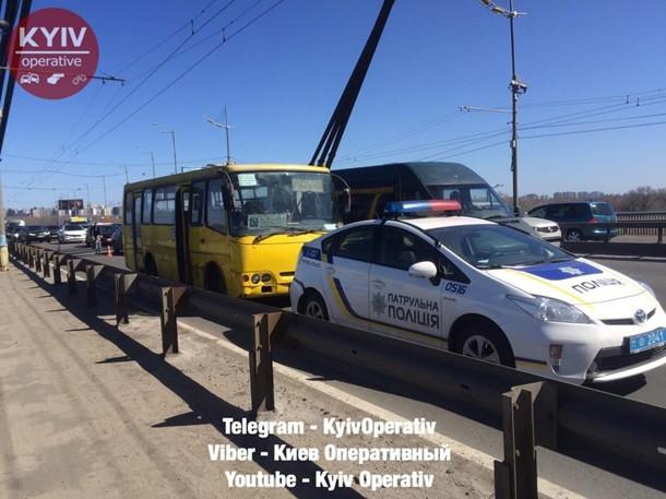 ВАстрахани маршрутка влетела встолб после ДТП слегковушкой