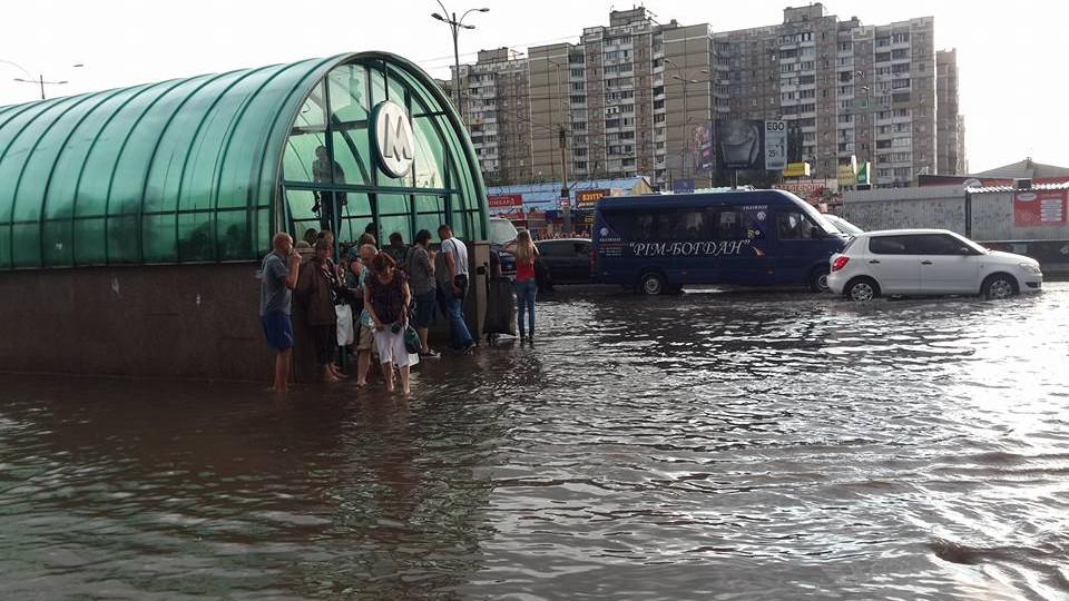 Столичные дороги превратились вреки— Ливни вКиеве