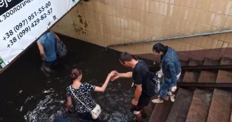 На Киев обрушился мощный ливень с градом: фото и видео