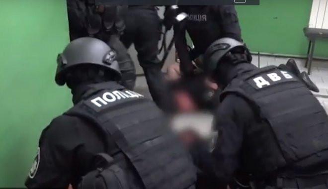 «Били ногами и стулом»: появились подробности избиения копами пассажира подземки