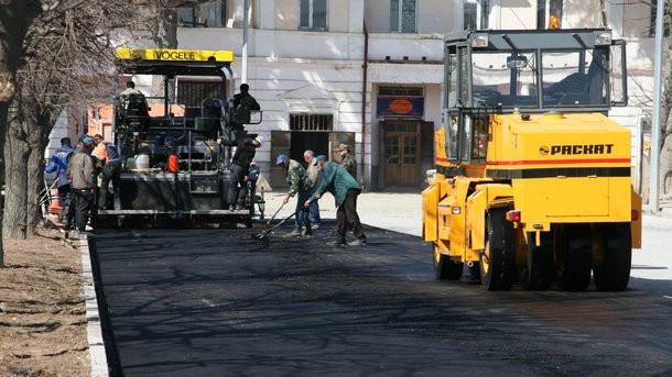 Гройсман рассказал, сколько бюджетных средств выделили навосстановление местных дорог