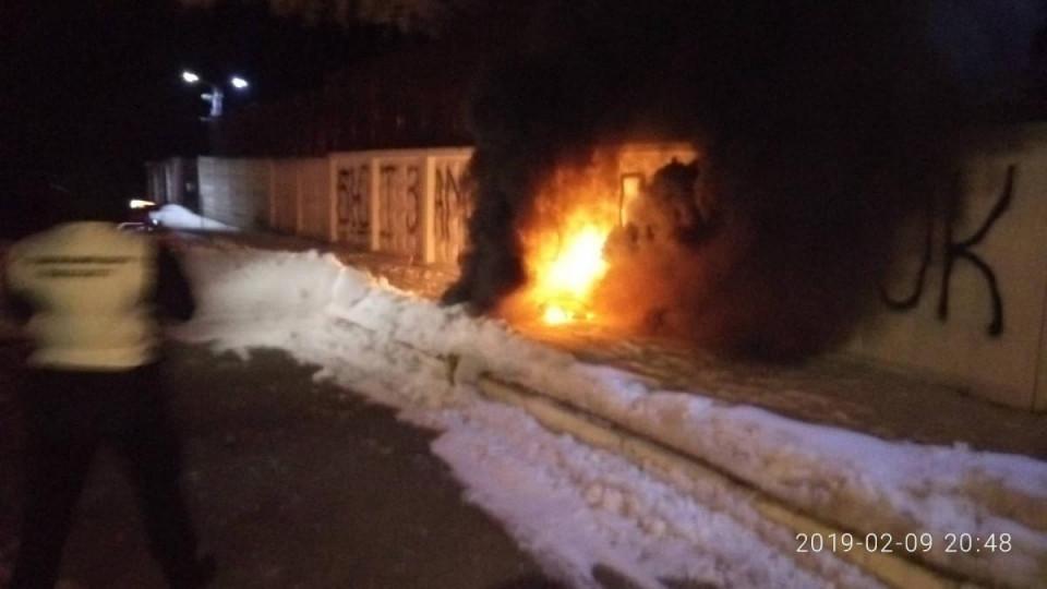 Активисты атаковали дом Авакова из салютных установок, фото