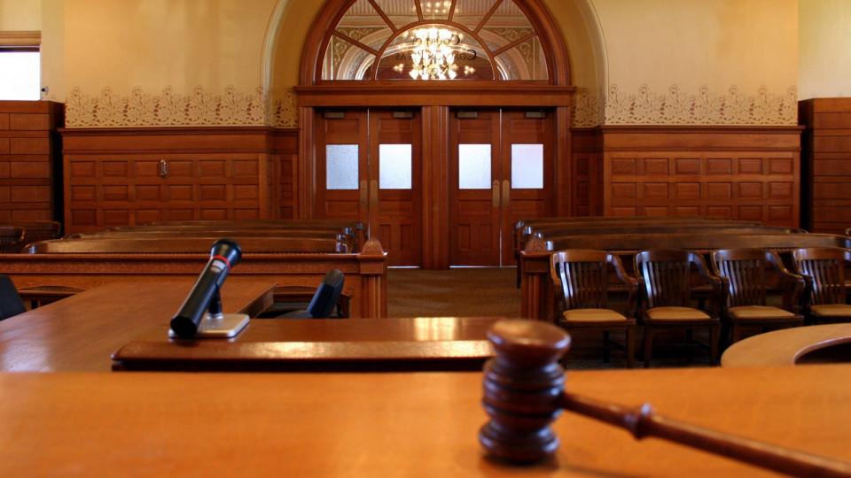 Драка в суде: адвокат бросил стулом в судью и разбил его телефон