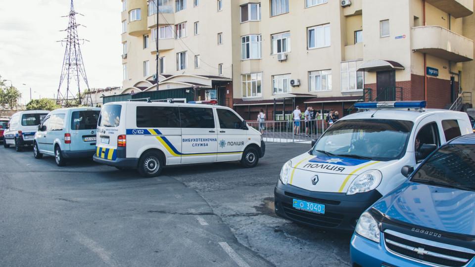 В Киеве мужчина проник в три квартиры и разложил гранаты