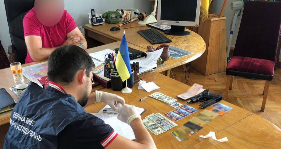 Вимагав $1500: на Чернігівщині затримали голову райради