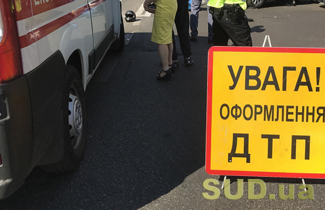 ДТП под Киевом: в результате столкновения опрокинулась легковушка, видео