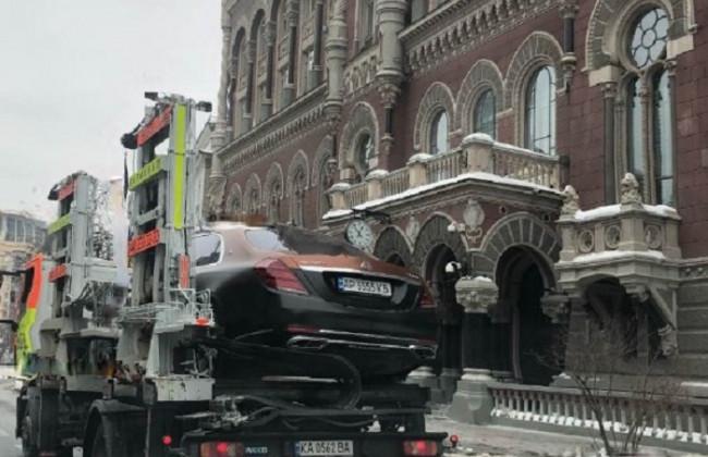 У Києві евакуювали на штрафмайданчик розкішний Maybach