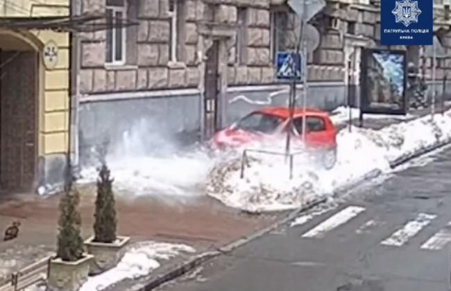 В Киеве глыба снега с крыши повредила Hyundai: видео