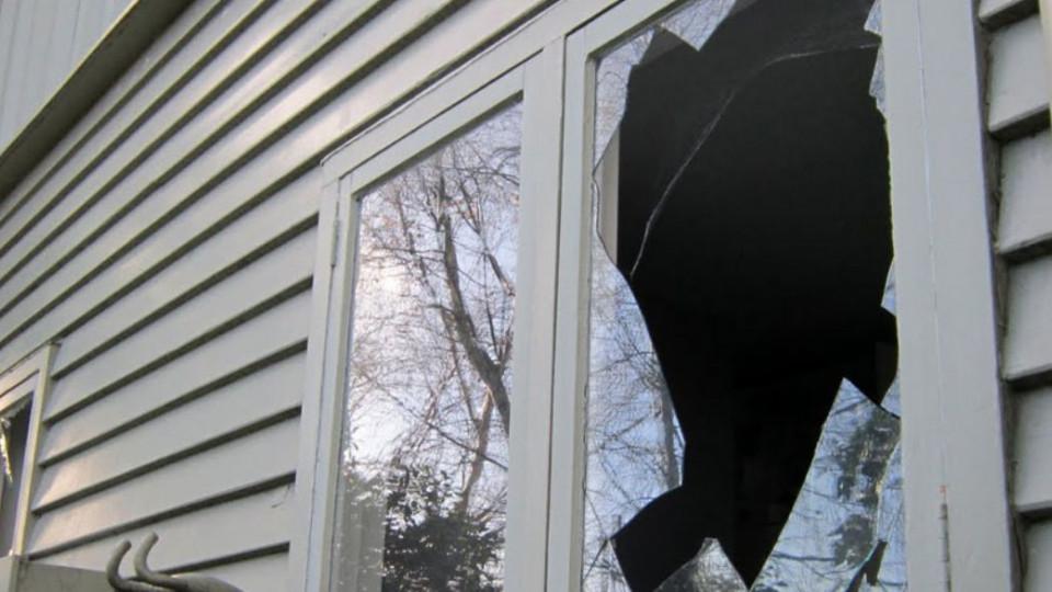 Истец не добился отвода судьи и разбил в суде окна