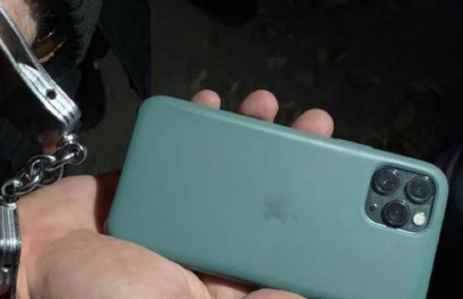 Украли iPhone 13: в Киеве два иностранца ограбили женщину