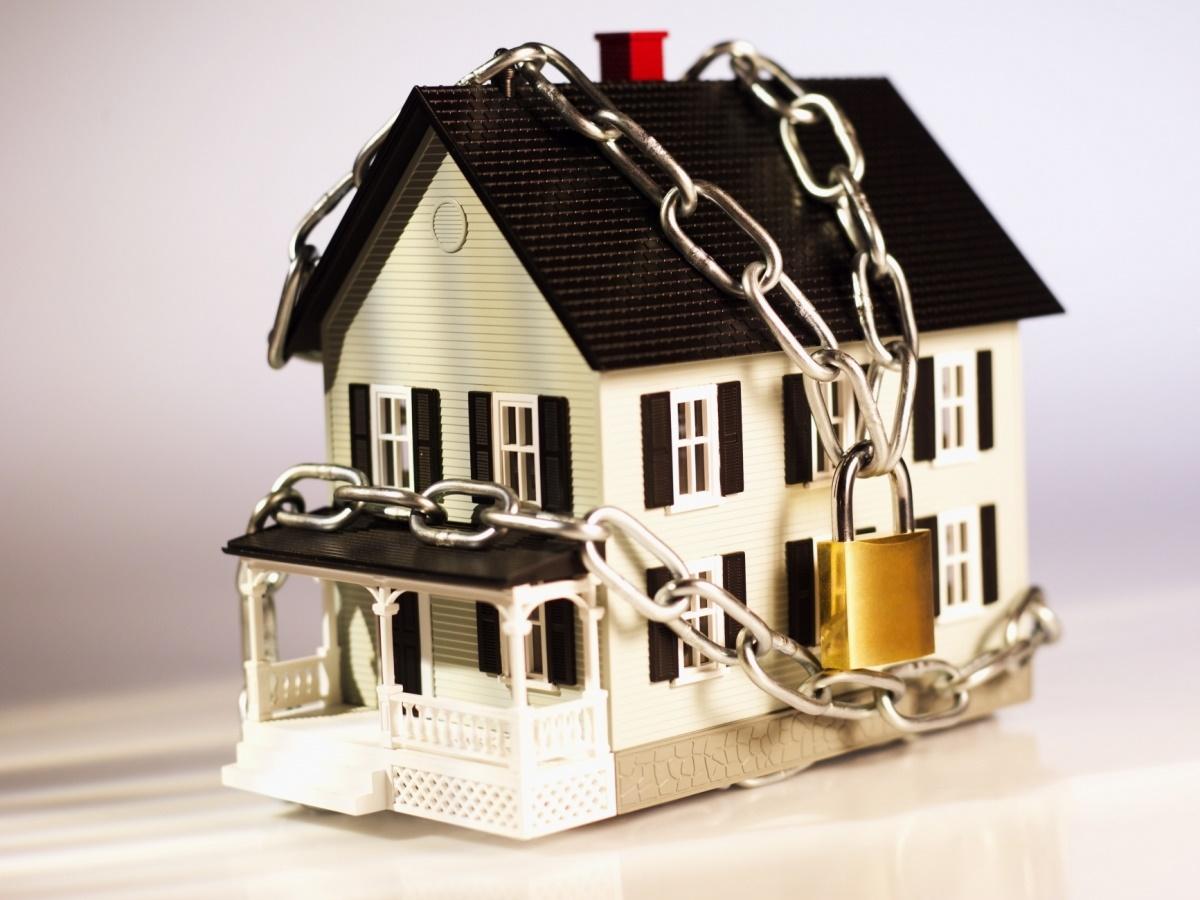 сомневаюсь, запрет на отчуждение недвижимого имущества судебным исполнителем только